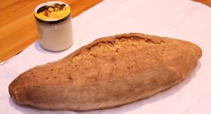 Das Brot in seiner ganzen Größe im Vergleich zum 500g-Honig-Glas