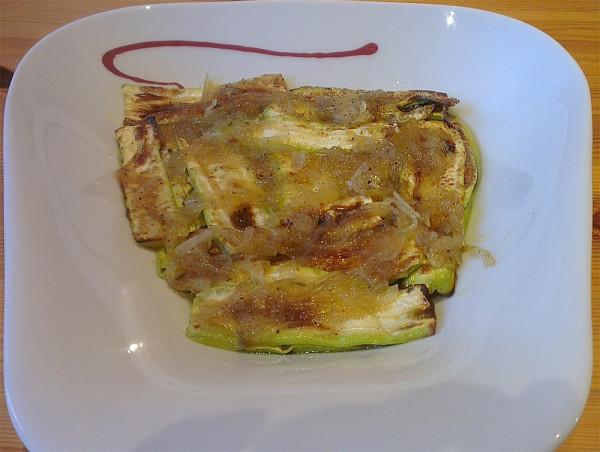 Zucchini-Antipasti. Sie sind nicht besonders fotogen, schmecken dafür aber umso besser.
