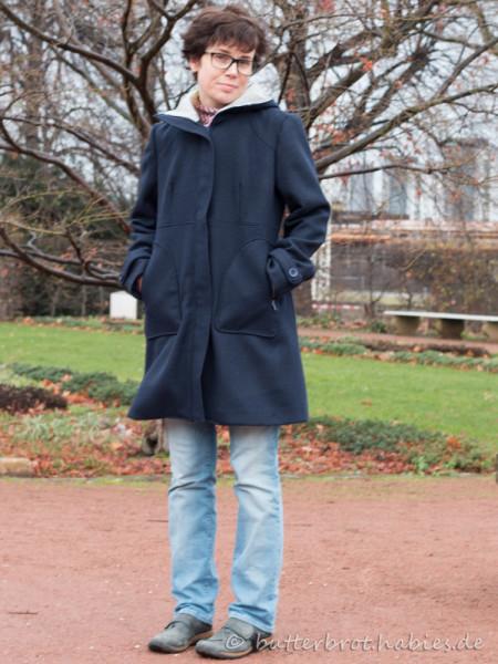 Diese Falte vorn wirft der Mantel wohl wegen der Hand in der Tasche. Sonst ist die nicht da!