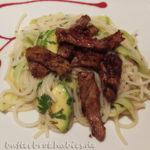 Reisnudelsalat mit Gurke, Avocado und Steakstreifen
